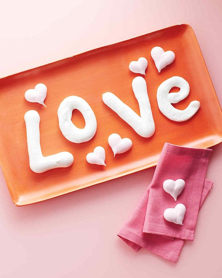 Idea regalo per San Valentino con una scritta Love fatta da meringhe e decorazioni cuoricini