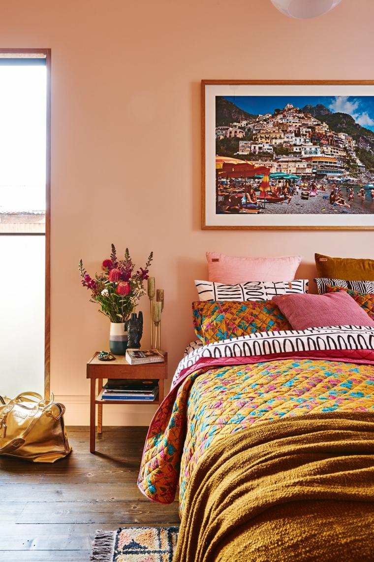 Stile shabby per l'arredo e la decorazione della camera da letto con le tonalità di colore caldo