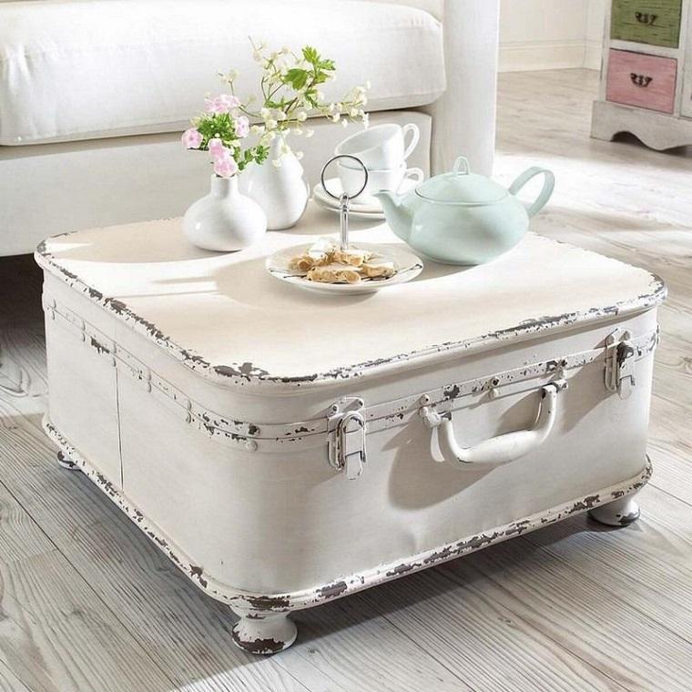 Mobili shabby e un tavolino basso in legno, valigia finta di colore bianco effetto consumato