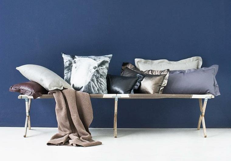 Stile shabby con elementi dal design moderno, panchina in ferro battuto decorata con cuscini