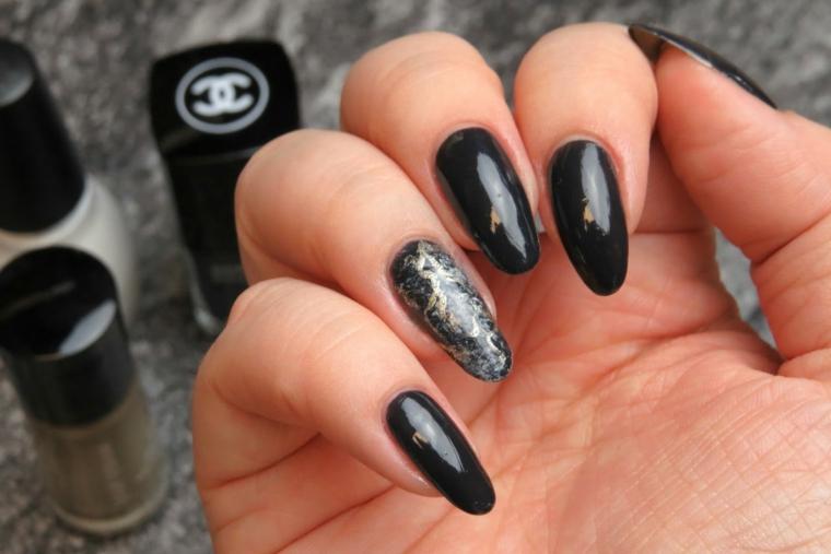 Nail art elegante per unghie a mandorla, smalto colore scuro molto luminoso