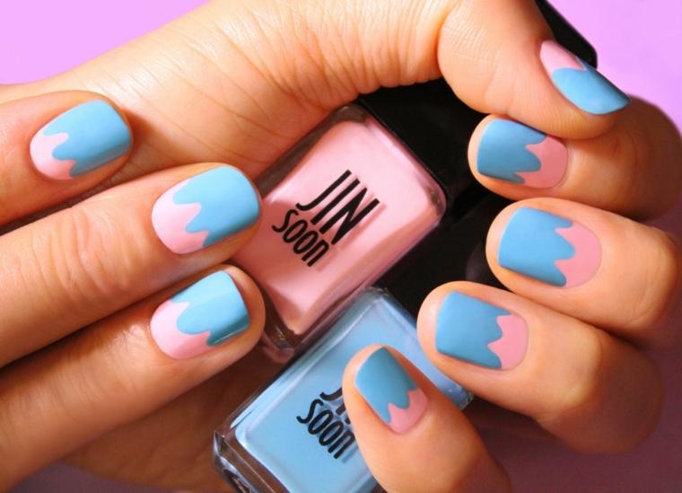 Unghie di colore rosa e azzurro e dalla forma a mandorla effetto macchia di vernice