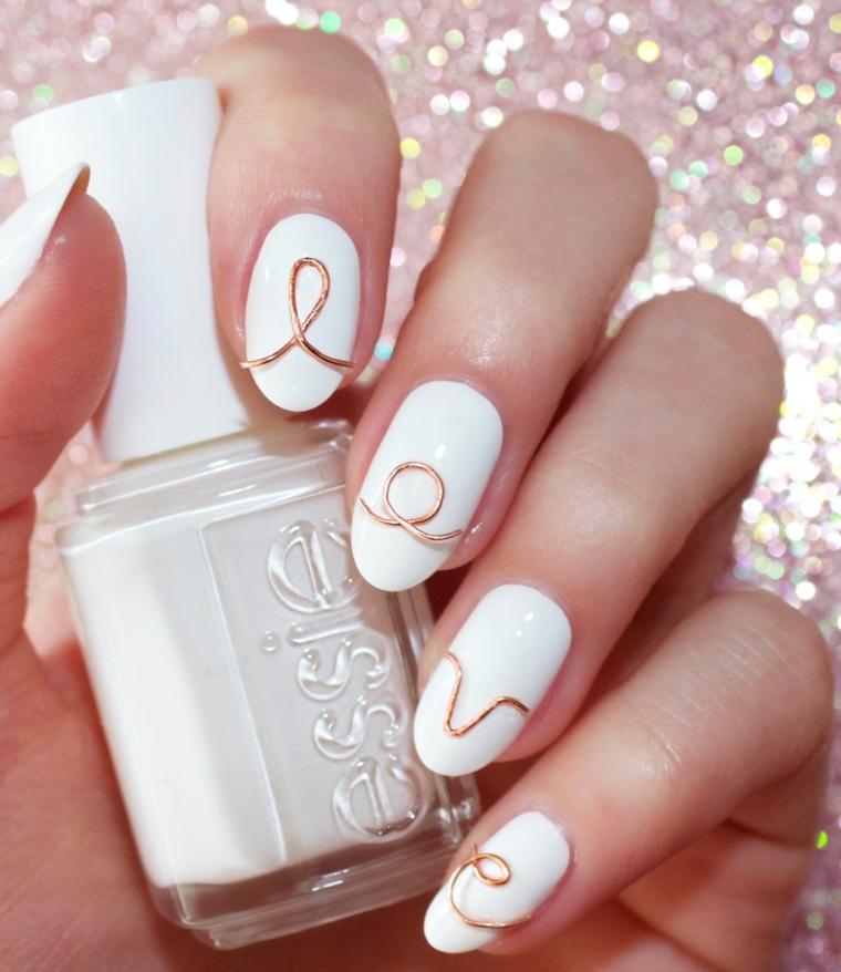 Idea per la decorazione delle unghie di colore bianco, forma a mandorla corte