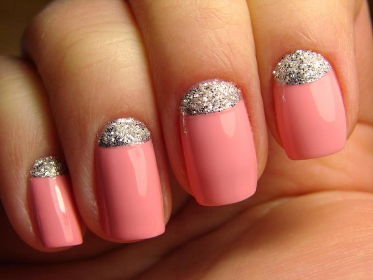 Decorazioni unghie di colore rosa acrilico, smalto grigio glitter per una french inversa