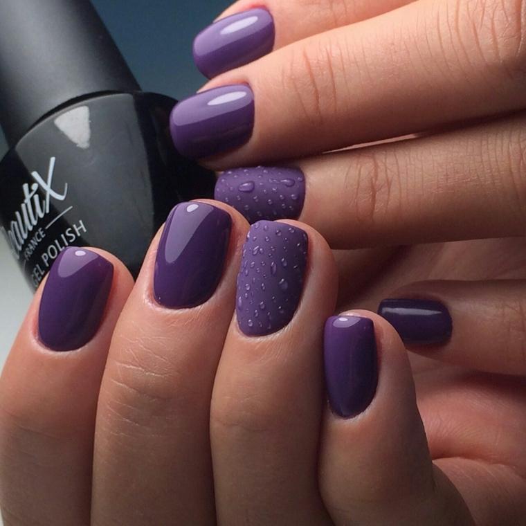 Unghie decorate effetto pioggia su una base viola mat, lunghezza media per una manicure pratica