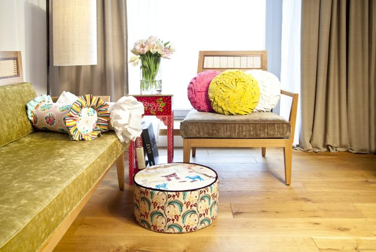 Mobili shabby per un soggiorno arredato con un divano e poltrona, motivi floreali per i tessuti