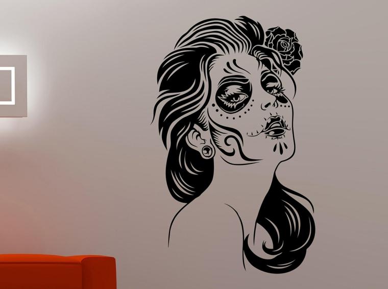 idea per decorare un muro bianco con uno sticker raffigurante la santa muerte