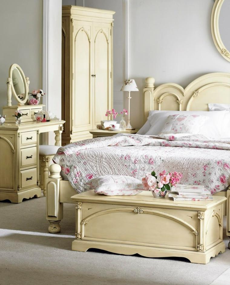 Camera da letto con mobili di colore beige in legno, stile shabby con tanti motivi floreali