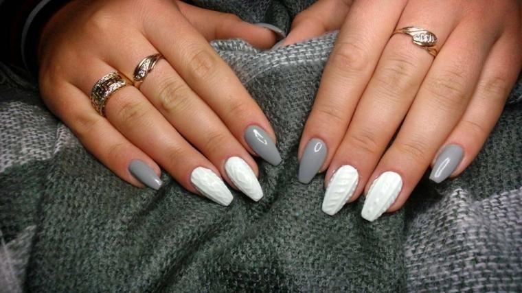 Decorazioni in rilievo per delle unghie di colore bianco e grigio, forma a stiletto lungo