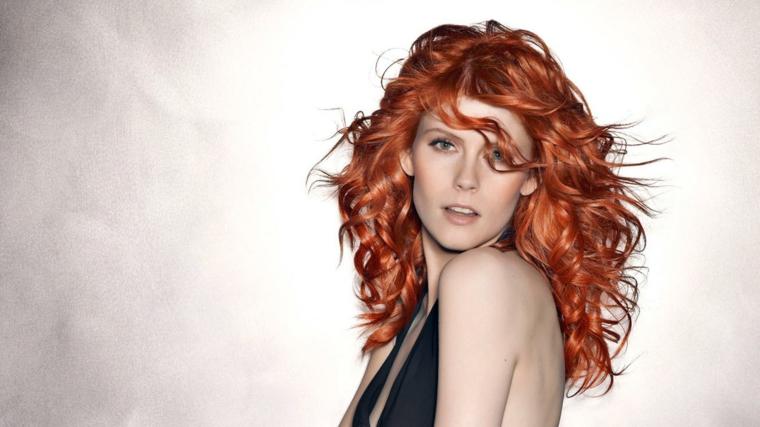 """taglio scalato, proposta per capelli mossi con piega """"spettinata"""" e voluminosa"""