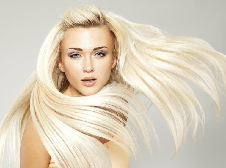 Colore biondo con riflessi platino per dei capelli molto lunghi e lisci