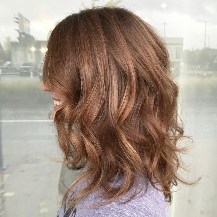 capelli scalati medi, una proposta di tendenza sia nella piega che nel colore
