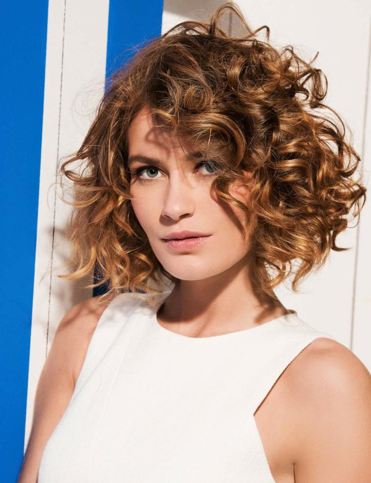 capelli scalati medi, un esempio di taglio di lunghezze diverse ideale per i capelli ricci