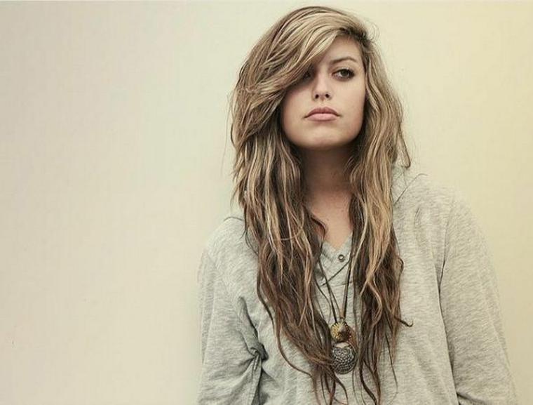 capelli scalati lunghi, una proposta adatta alle più giovani con una piega al naturale e ciuffo a lato