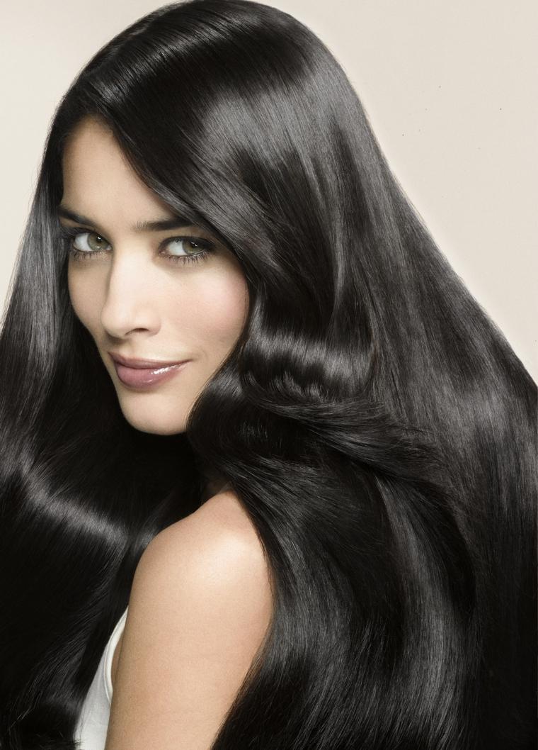 Idea per un'acconciatura capelli lunghi e lisci e tinta di colore nero luminoso