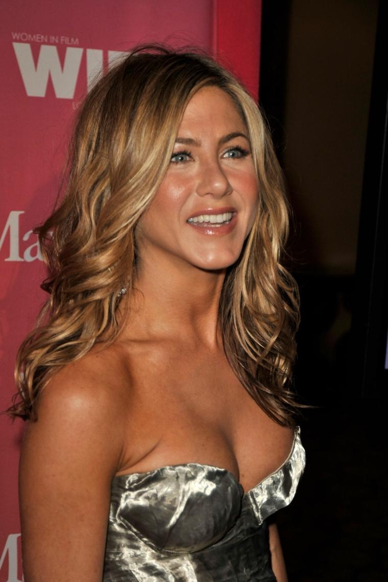 Biondo cenere chiaro con meches miele per Jennifer Aniston, taglio lungo con boccoli voluminosi