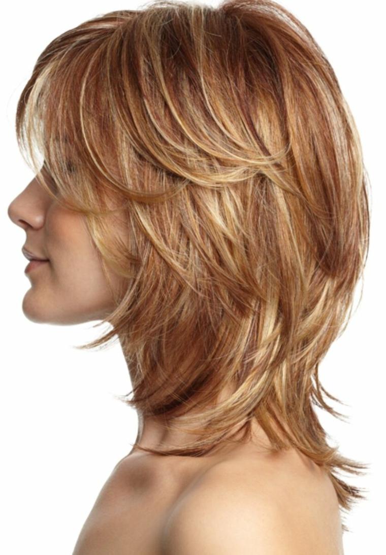 capelli scalati medi, una proposta con lunghezze diverse accentuate dalla piega liscia e dal colore