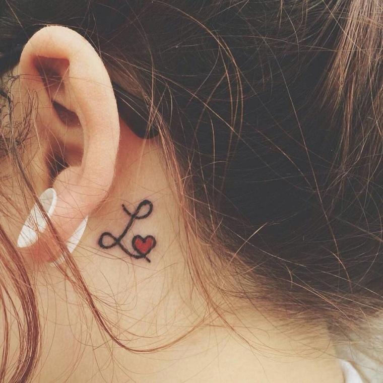 tatuaggi cuore con iniziali lettera l tattoo cuoricino rosso dietro orecchio