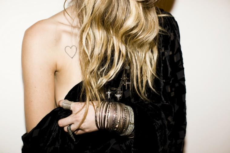 tatuaggio cuore, una proposta fashion con un disegno di medie dimensioni appena sotto la scapola