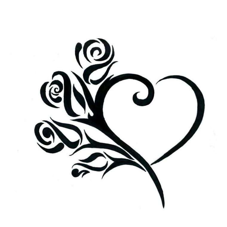 un disegno particolare e stilizzato per realizzare un cuoricino tatuaggio con delle rose