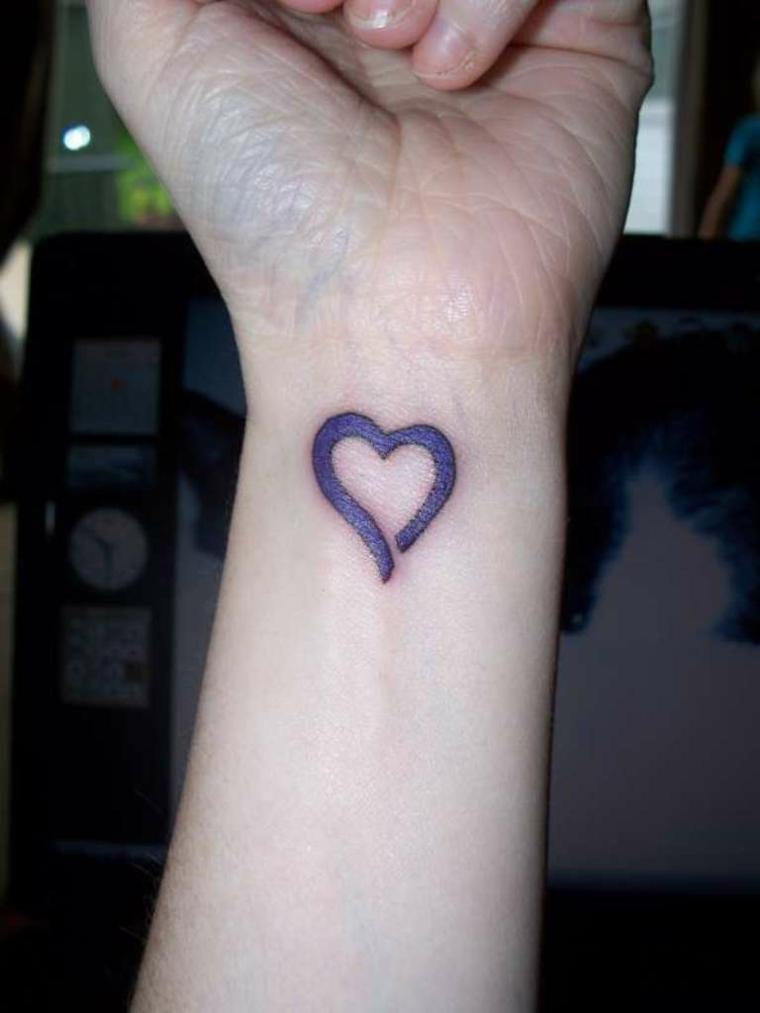un'idea per tatuaggi cuori piccoli semplice ma con i contorni spessi e colorati