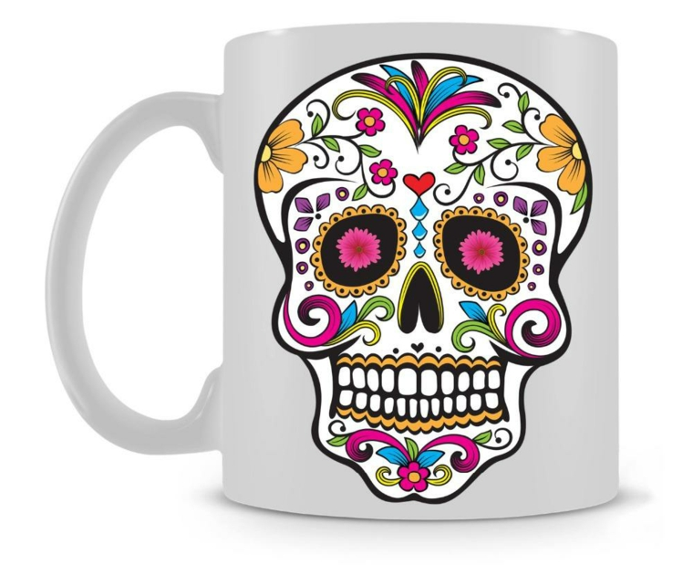 un adesivo a forma di teschio della tradizione messicana con delle decorazioni colorate su una tazza