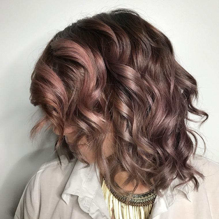 Colore capelli cioccolato mauve, media lunghezza a caschetto con ricci