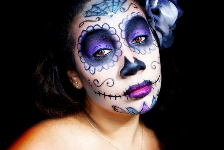 teschio colorato, ecco una proposta diversa dal tradizionale, con gli occhi blu e le labbra viola