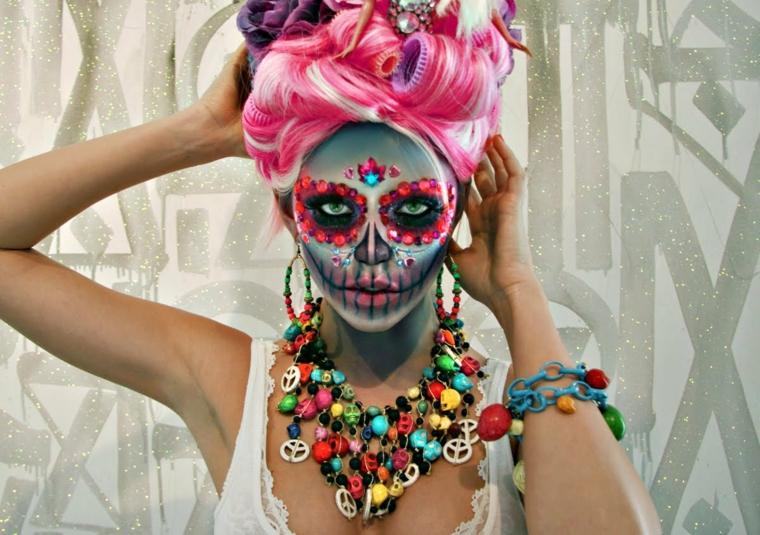 teschio messicano, un'immagine originale e colorata di una giovane donna con gli occhi neri e rossi e il volto azzurro