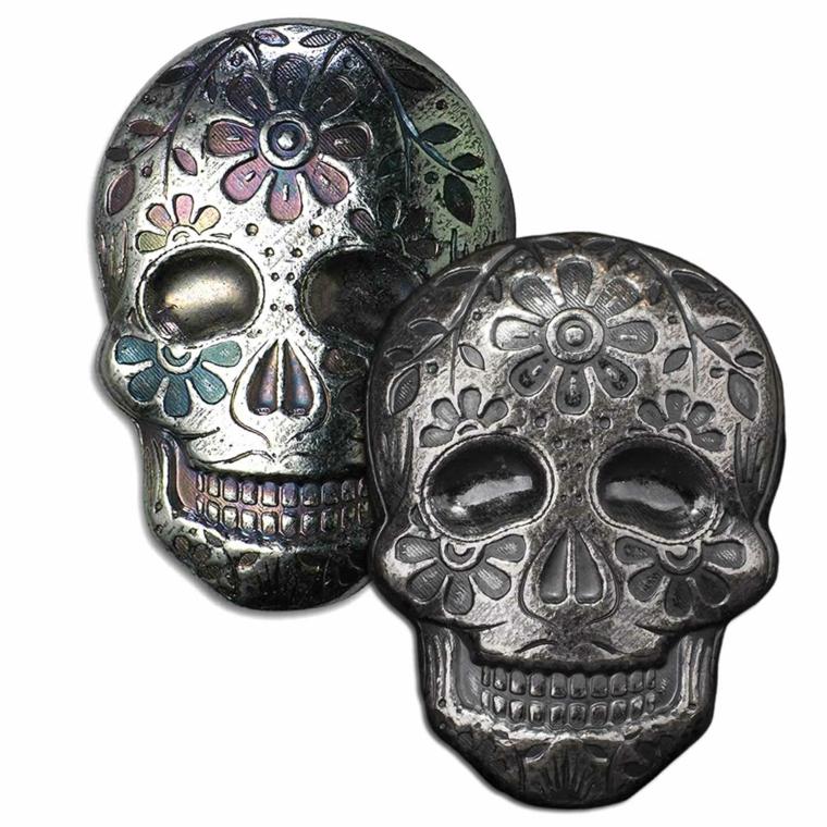 teschi messicani, due naschere realizzate in metallo con delle decorazioni colorate
