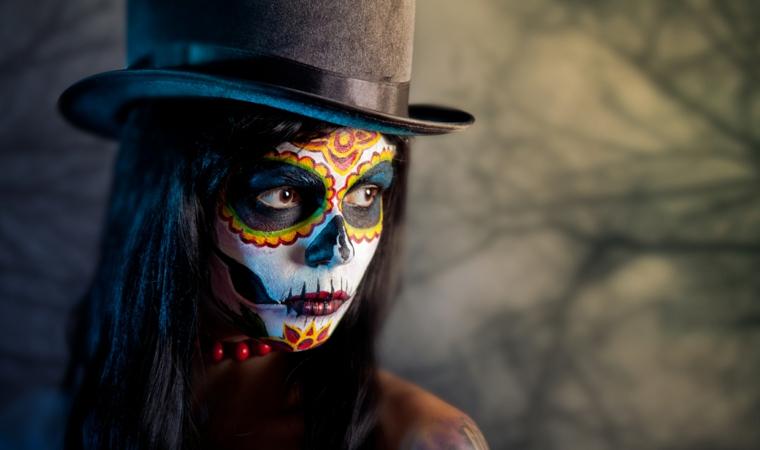 teschio colorato, proposta per un makeup da donna con gli occhi neri contornati di giallo e rosso