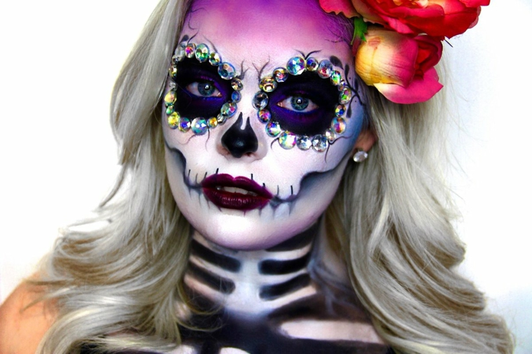 teschio colorato, idea per realizzare un makeup originale sul volto di una donna per halloween