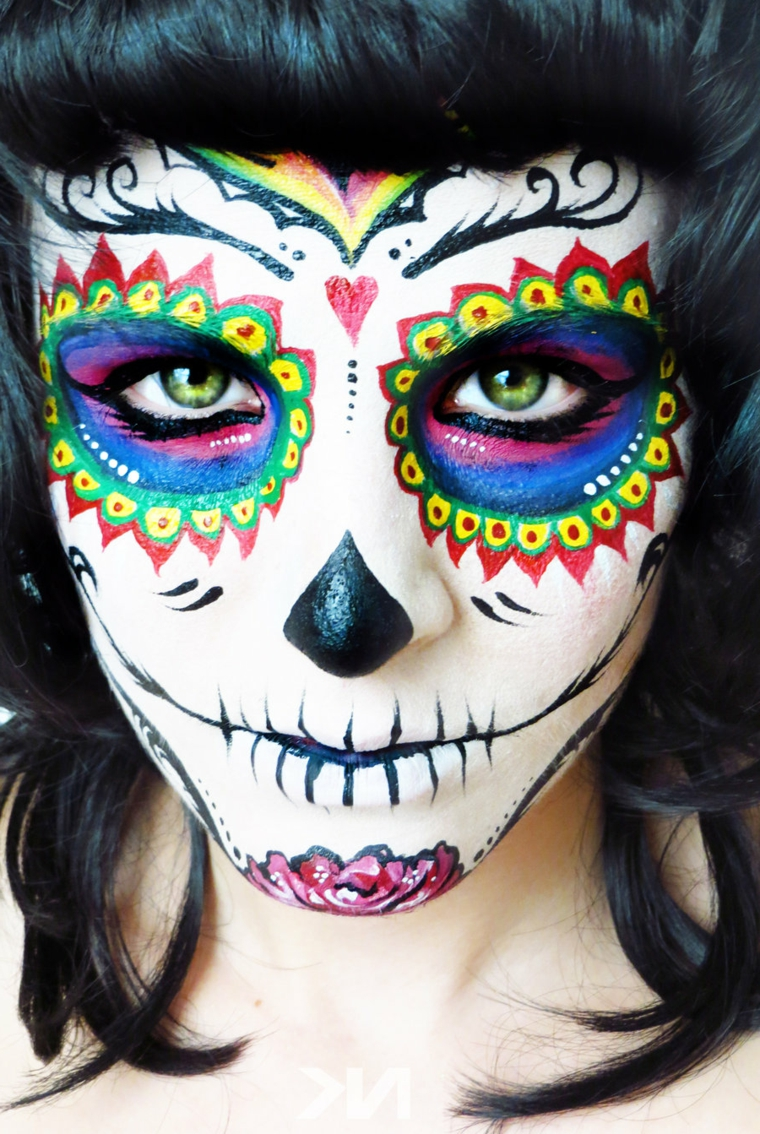 teschio colorato, un'immagine ravvicinata del viso di una ragazza con un makeup originale dai colori vivaci