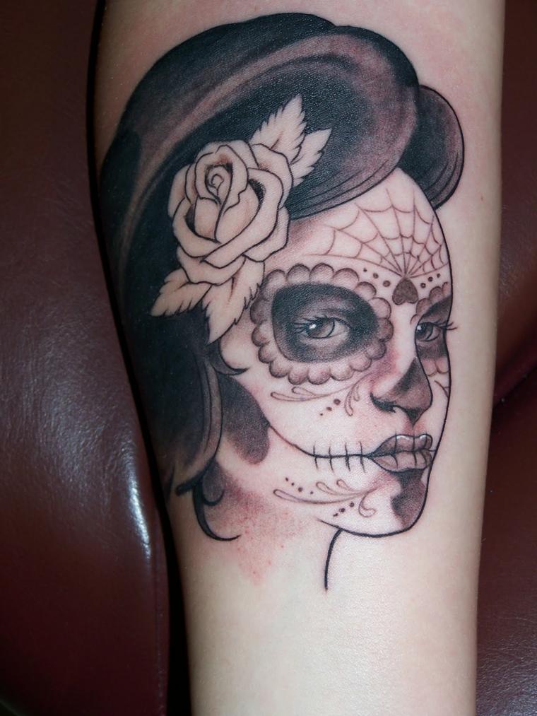 tattoo teschio messicano, un disegno in bianco e nero del volto di una donna, la santa muerte