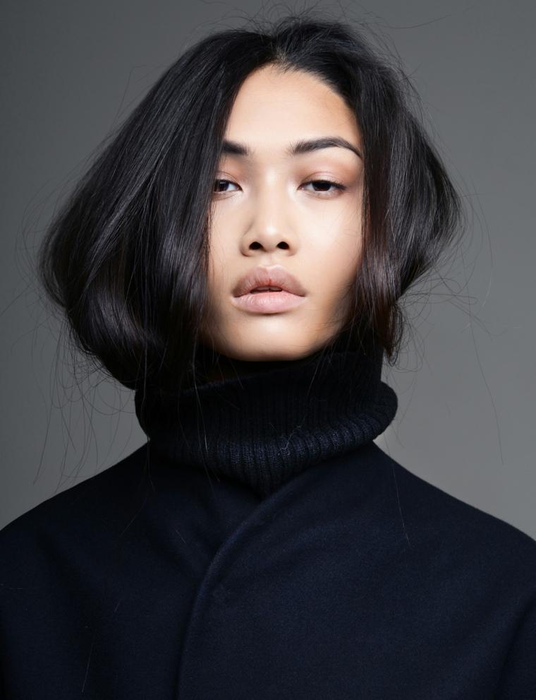Colore nero per dei capelli lunghi e lisci con riga al centro di una donna asiatica