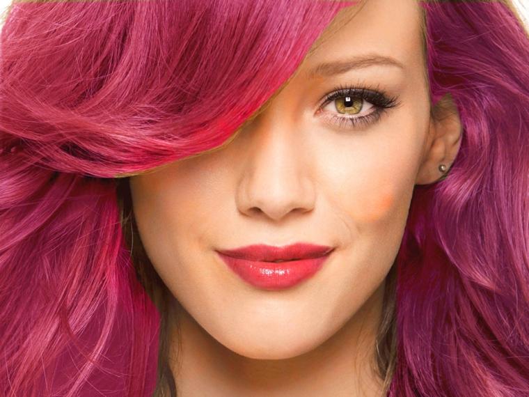 Colori capelli con le diverse sfumature del viola, Hilary Duff e il suo taglio scalato con frangia