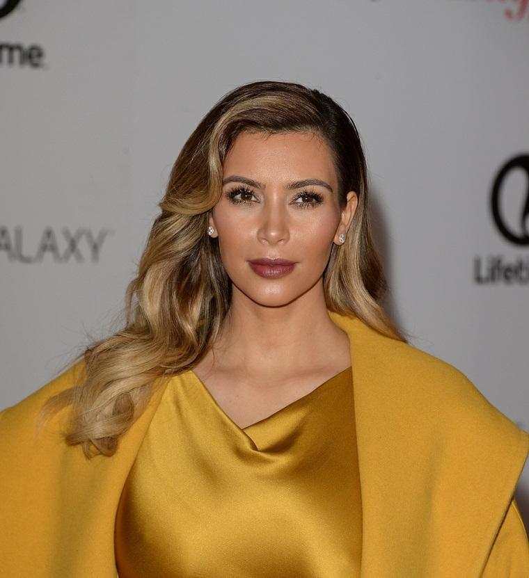 Colore bronde per Kim Kardashian, acconciatura capelli lunghi con messa in piega mossa