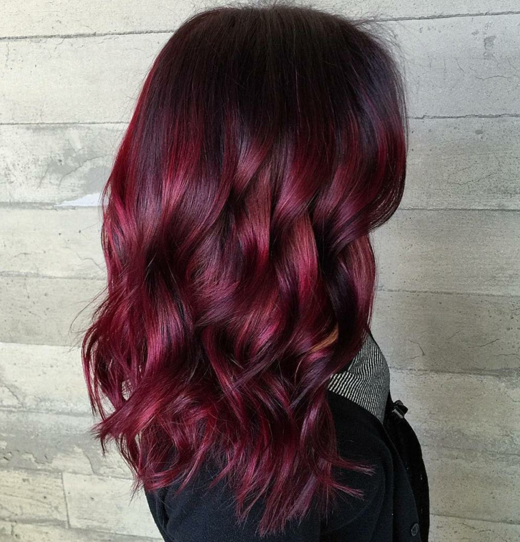 Colorazione capelli di colore burgundy su una base tinta nera, taglio medio lungo con onde