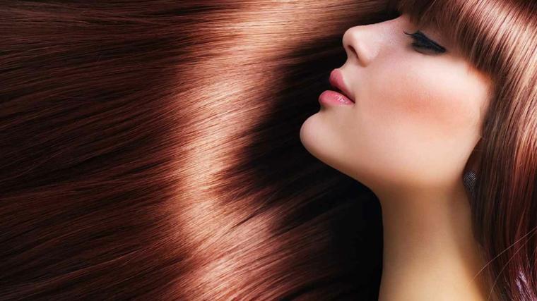 Colori capelli castano con sfumature luminose di rame, taglio lungo con frangia davanti