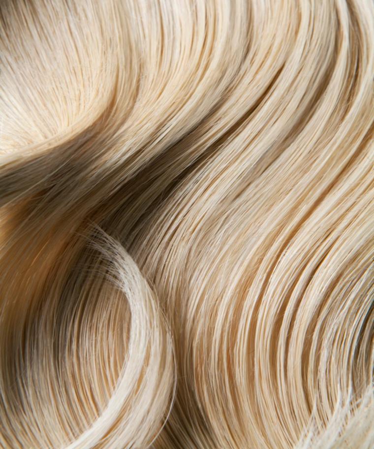 Capelli di colore biondo naturale, lunghi con onde morbide