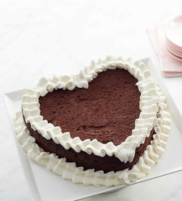 Idea torta San Valentino a forma di cuore, strati di cioccolato e decorazione con panna montata
