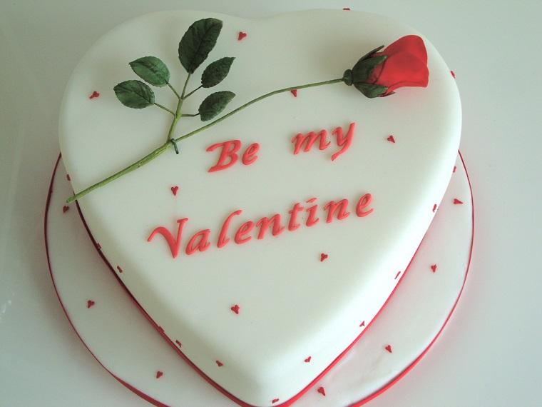 Decorazione con pasta di zucchero per una torta a forma di cuore per San Valentino