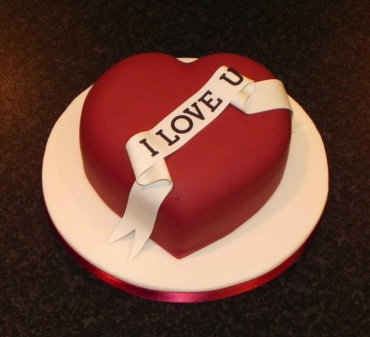 Decorazione con pasta di zucchero di colore rosso per una torta a cuore per San Valentino