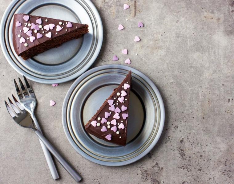 Dolce al cioccolato, torta per la festa degli innamorati decorata con cuoricini