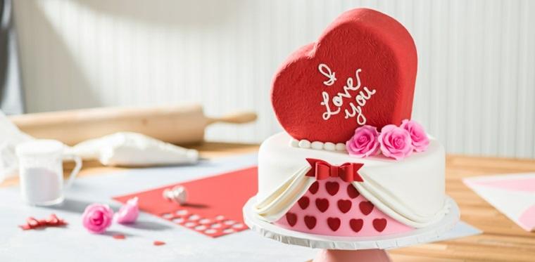 Idea per una torta a forma di cuore per San Valentino, decorazioni con rose e scritta