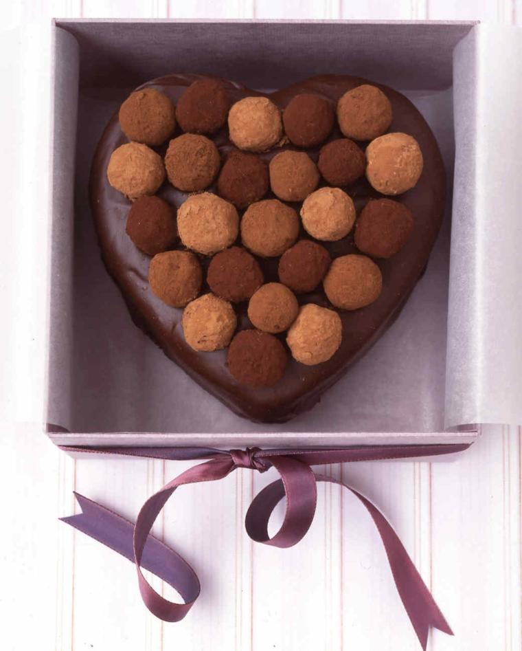 Idea per una torta Sacher al cioccolato decorata per la Festa di San Valentino