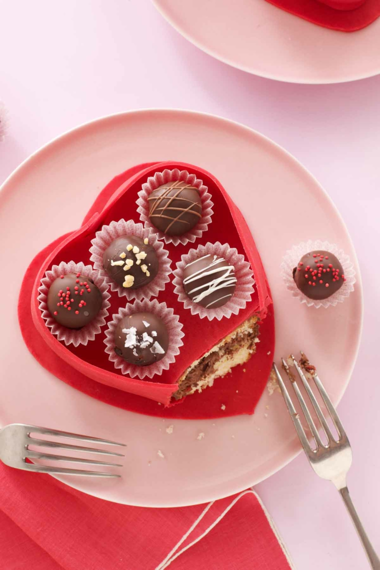 Torta a forma di cuore decorata con cioccolatini, idea regalo per San Valentino