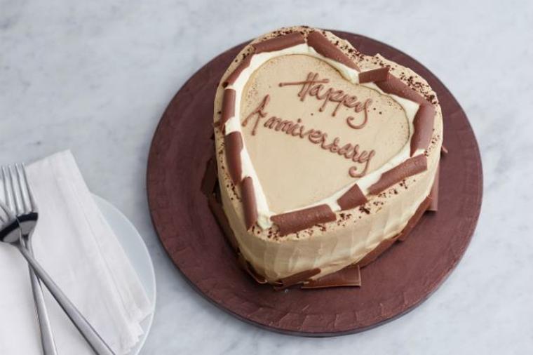 Tiramisù a forma di cuore, idea regalo per la festa degli innamorati e scritta Happy Anniversary