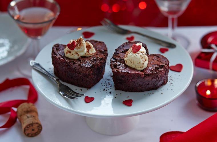 Tortini a forma di cuore con decorazione cuore e cremina, cena romantica per San Valentino
