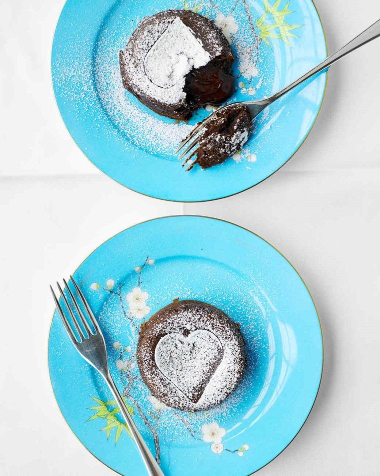 Torta San Valentino a forma di cuore con cuore morbido di cioccolato e spolverata di zucchero a velo